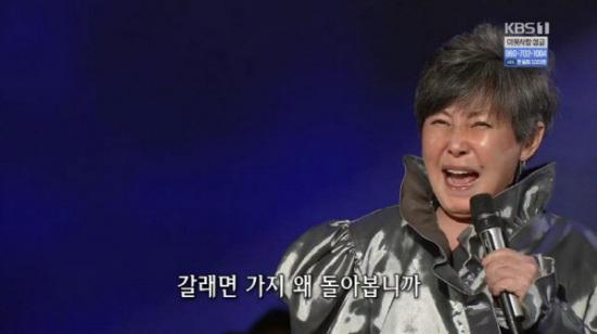 Bok-hee Yoon, de setenta y cinco años, la primera persona en anunciar una minifalda y un Happening de medio cuerpo y medio cuerpo.